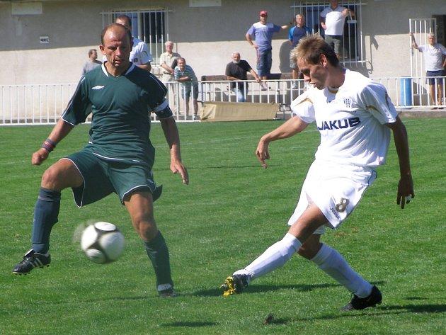 Fotbalisté Unionu Čelákovice (hrají v zeleném) doma prohráli s Českou Lípou