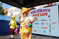 Zábavné odpoledne s Krejčíkem Honzou a jeho hosty slušně zaplnilo část nymburského náměstí ve čtvrtek odpoledne.