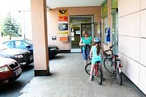 U pošty na sídlišti by měl začít fungovat bankomat
