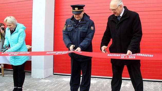 Na slavnostní otevření dorazili hasiči z blízkého i vzdáleného okolí, a také řada místních.