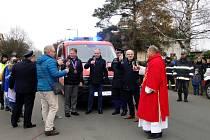 Z předání nového hasičského vozu ve Všechlapech.