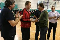 Michal Ježdík (v zeleném) předává ceny trenérům jednotlivých týmů