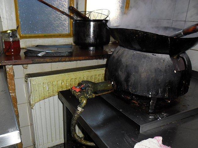 Závažné nedostatky objevila hygiena v čínské restauraci v Poděbradech.