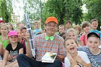 Součástí nymburské akce Radnice dětem byl i piknik v trávě s knížkou pod Vodárenskou věží.