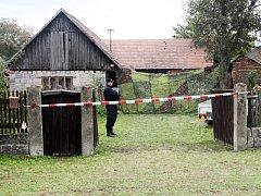 Ve stodole skryté za plachtou byla objevena pohřbená dvě těla