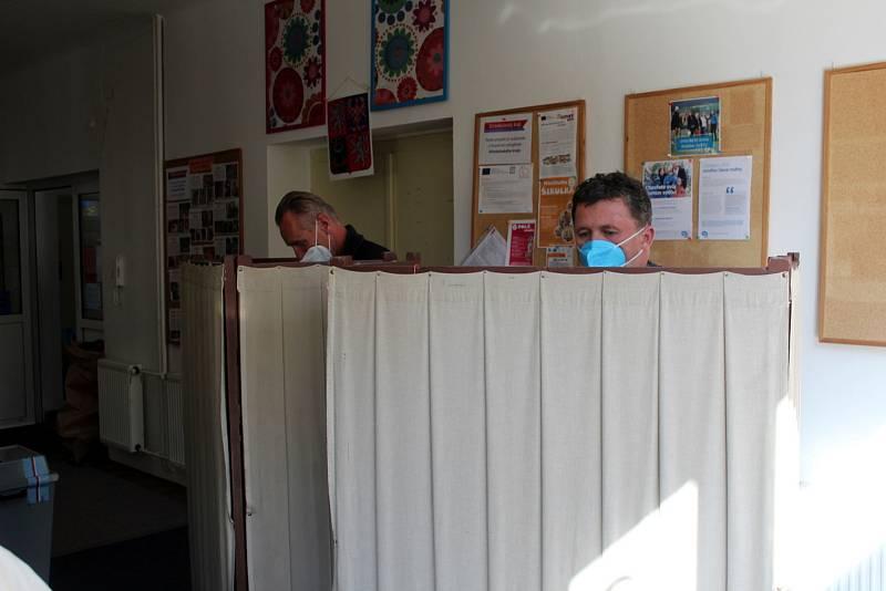 Víkendové volby se konaly na různých místech. I ve věznici v Jiřicích, v malém domečku na návsi v Běruničkách nebo v Základní škole Tyršova v Nymburce.