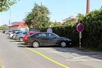 Radnice dočasně zprůjezdnila část silnice v obou směrech, čímž však zrušila parkovací místa po jedné straně ulice. Část řidičů to nezaznamenala.