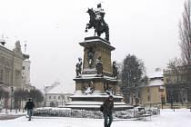 Pod sněhem se ocitlo i poděbradské náměstí.