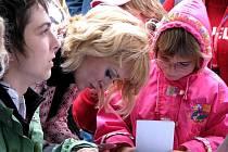 Známé televizní tváře rozdávaly podpisy na nymburském náměstí.