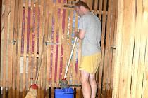 Bouře ve čtvrtek večer napáchala velké škody. V lyském paneláku  lidé po vyčerpání vody hasiči vytírali sklepy až do noci  a vynášeli vodu před dům v kyblících.