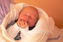 ADAM JE NOVÝ BRÁŠKA KAČENKY. Adam Pospíšil přišel na svět 18. října 2013 ve 23.38 hodin. Vážil 2 750 g a měřil 48 cm. Doma je s maminkou Jankou a tátou Josefem v Předhradí. Tam se na nového brášku těšila desetiletá Kačenka.