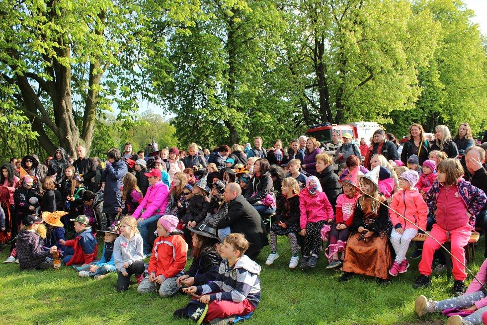 Na slet čarodějnic a čarodějů pozval v neděli malé Nymburáky na Špičku nymburského Přístavu veselý klaun Krejčík Honza.