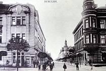 Křižovatka Palackého třídy a Komenského. ještě bez aut, přechodů pro chodce a dalších symbolů dneška.