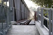 Železniční most i lávka pro pěší prochází rekonstrukcí
