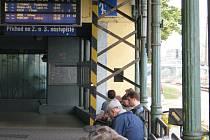 Kvůli zlodějům, kteří na pražském hlavním nádraží včera ukradli kabely, měly vlaky v Čechách zpoždění. I na nymburském nádraží museli lidé čekat i 150 minut na rychlíky.
