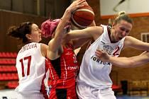 Z basketbalového utkání žen Nymburk - Hradec Králové (67:69)