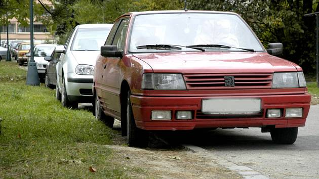 Na nymburských sídlištích musí řidiči kvůli nedostatku místa parkovat na trávníku nebo chodníku.