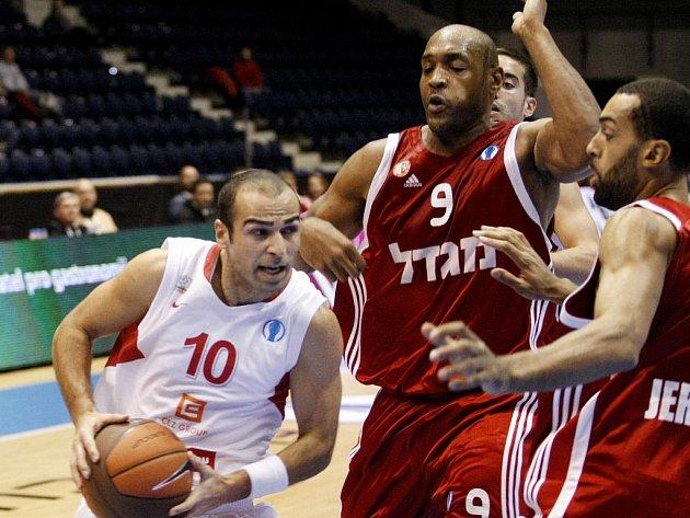 Z basketbalového utkání Eurocupu Nymburk - Jerusalém (73:67)