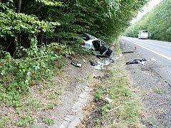 Policejní auto skončilo po nehodě mimo silnici.