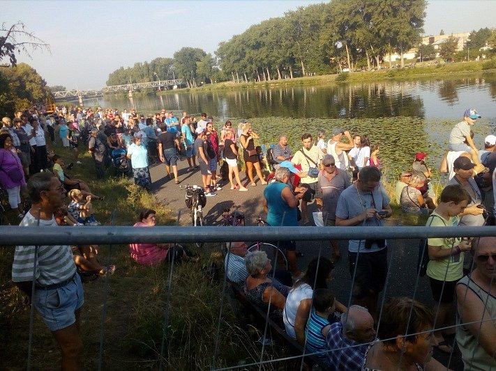 Demolici lávky sledují stovky lidí.