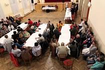 Ze setkání odborářů městecké nemocnice, zastupitelů a veřejnosti v kulturním domě.