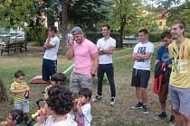 FOTBALISTÉ MILOVIC navštívili Dětské centrum Milovice, s dětmi si pohráli a předali jim dárky