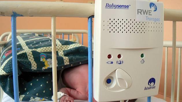 V nymburské porodnici mají od Nadace Křižovatka tři nové monitory Babysense, které hlídají dech novorozenců.