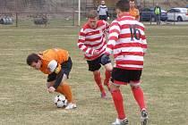 KONTUMACE. Utkání fotbalové I.B třídy mezi týmy Libice nad Cidlinou (v oranžovém) a Ostré skončilo bez branek. Nakonec bylo kontumováno ve prospěch hostí.