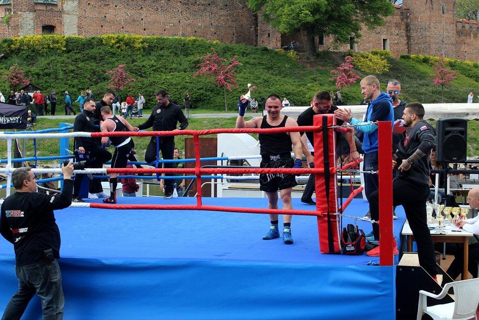 Boxerské zápasy se uskutečnily v malebném prostředí na Labi pod nymburskými hradbami.