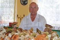 Oldřich Šlanc z Nymburka se svými úlovky z lesa