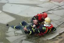 Cvičení hasičů na zamrzlém rybníku ve Vestci