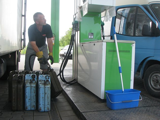 Řidičů jezdí k pumpě stále dost.