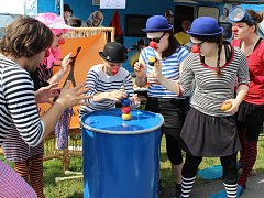 Umělci pod vedením Hanky Strejčkové a Venduly Burger hráli pohádky, pořádali veselou tančírnu rošťárnu pro děti či stavěli obří Archu z krabic.
