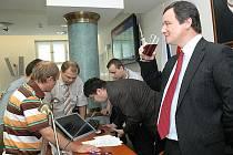 Hejtman David Rath při hlasování o jeho případném odstoupení.