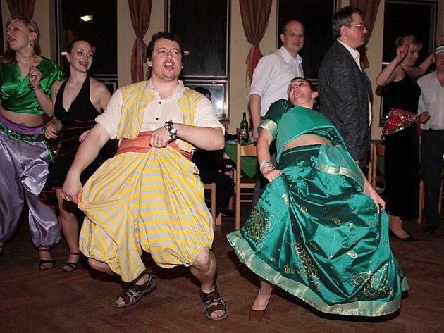 Skauti se na plese proměnili v šejky a břišní tanečnice.