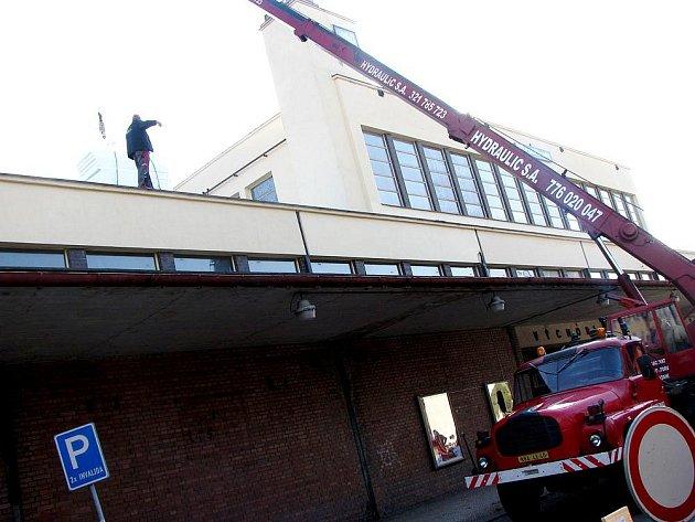 Materiál na zateplení střechy poděbradského nádraží ČD složili ve středu dopoledne.