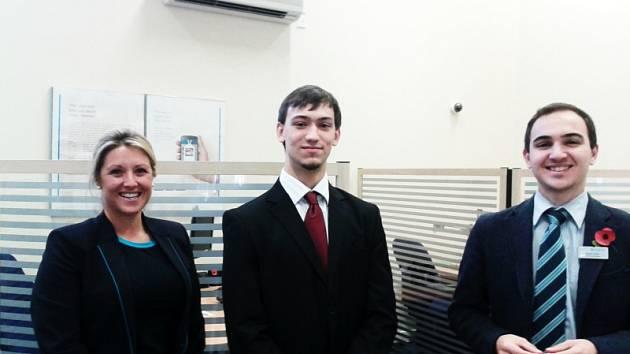 Student Jakub Svoboda (uprostřed) v pobočce Barclays Bank