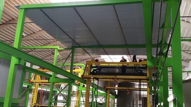 Fotografie z průběhu montáže zakrytí výrobní linky ve firmě AZOS.