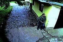 Zloděj na fotkách z kamer