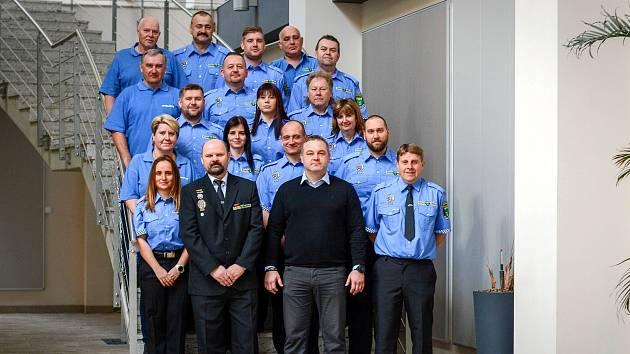 Milovičtí strážníci. Vpředu vlevo ředitel městské policie Tomáš Hrabánek, vedle něj starosta Lukáš Pilc.