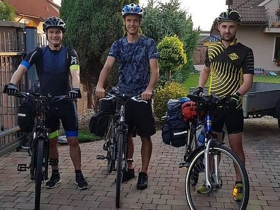 Trojice nadšenců - Ondřej Martínek, Lukáš Hruška a Martin Tůma - vyrazila na kolech z Poděbrad do Itálie