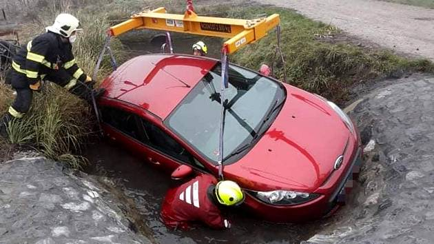 Vyproštění osobního vozu značky Ford z potoka u Kostelní Lhoty.