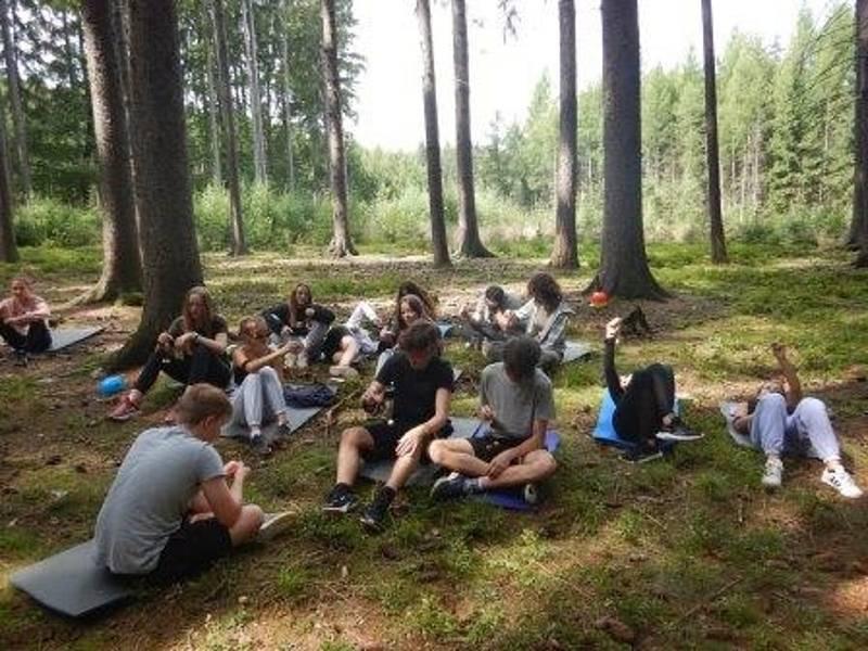 Z letního pobytového tábora s názvem Vendelín a tajemství Borku.