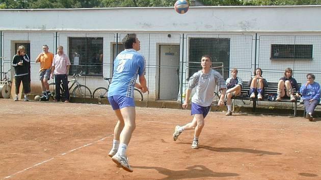 Sedmnáctá oficiální sezona republikového šampionátu ve volejbalových deblech je ve své polovině.