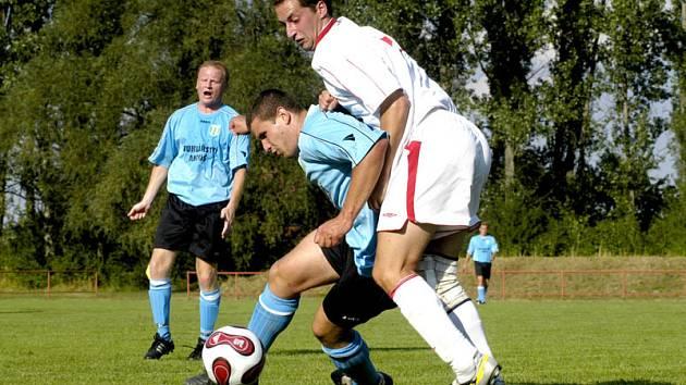 Fotbalisté Libice nad Cidlinou (v bílém) prohráli doma s loňským vítězem III. třídy týmem Rožďalovice B.