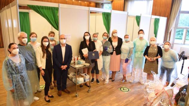 Hejtmanka Petra Pecková s radním pro zdravotnictví Pavlem Pavlíkem navštívili očkovací centra v Nymburce, Městci Králové a v Říčanech.