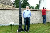 Vladimír Škoda u své sochy Totem