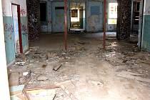Jedním z největších problémů občanské vybavenosti je také nedostatek míst ve školách. Takto vypadá bývalá ruská škola, na  jejíž rekonstrukci se město snaží sehnat peníze