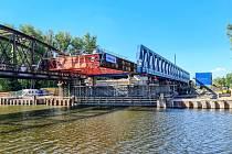 Nasouvání nového mostu nad řeku Labe v Čelákovicích.