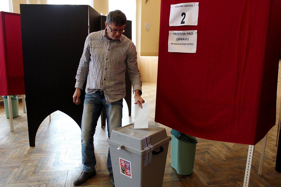 Městečtí jsou rozděleni do třech okrsků. Všichni však volí v sále kulturního domu. Ještě dvě hodiny po začátku čekalo u jedné z plent, za nimiž se upravují lístky, i pět voličů. Také v Městci se potvrdila tendence, že ve městech je větší zájem o volby než
